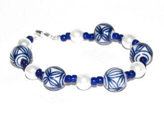 Pärlarmband blå vita glaspärlor