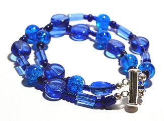 Tvåradigt armband blå glaspärlor