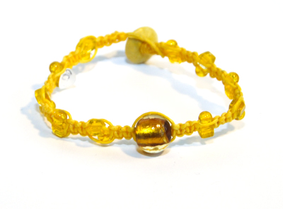 Makraméarmband gul glaspärlor