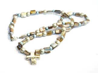 Halsband snäckskalspärlor kors