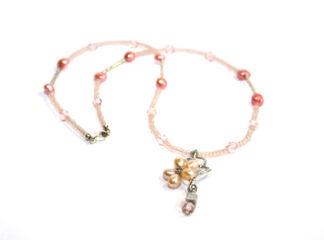 Halsband rosa glas- och sötvattenspärlor