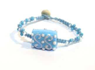 Makraméarmband blå vita