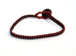 Makraméarmband svart röd