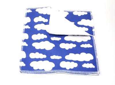 blått molnmönstrat